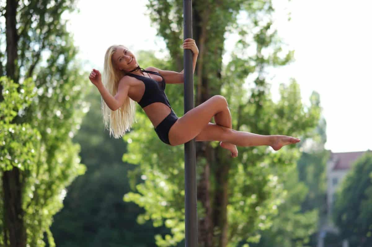 Pole dance zdobył serca Polek. Dlaczego warto spróbować sił w akrobatyce na rurze?