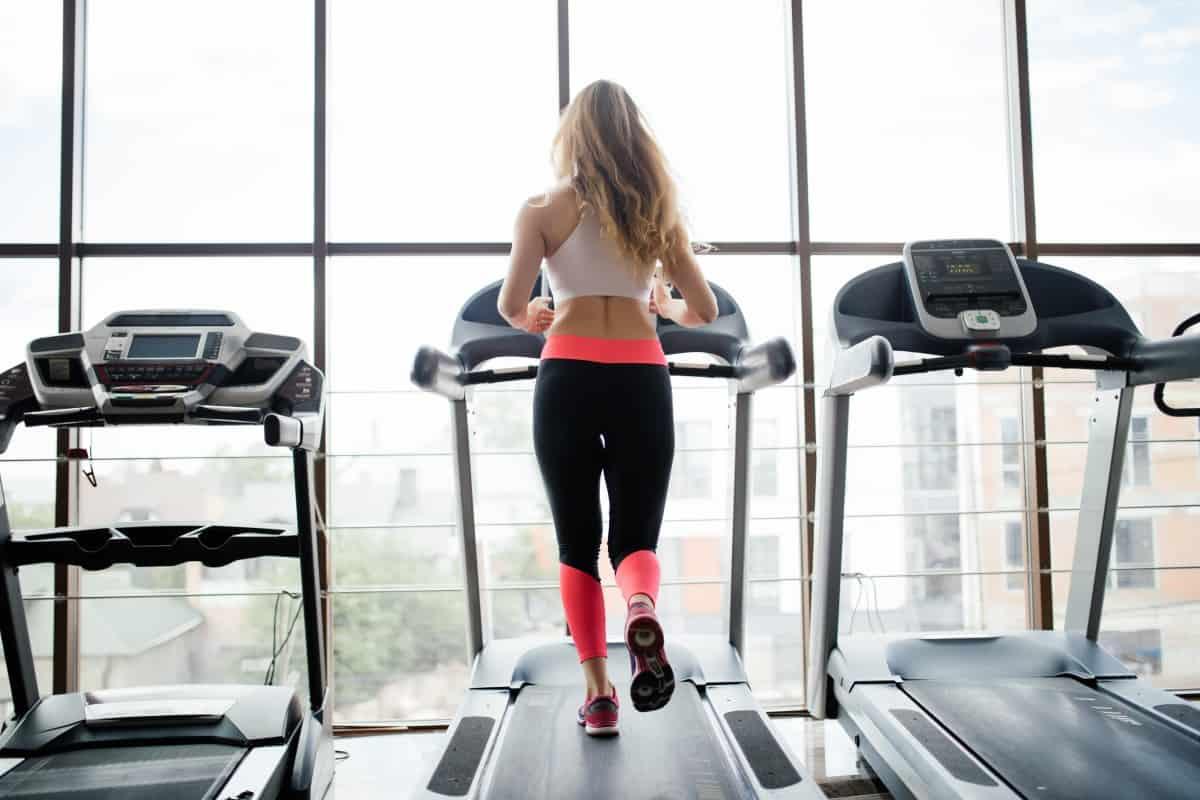 Bieganie w miejscu – czy to dobra alternatywa na spalanie tkanki tłuszczowej?