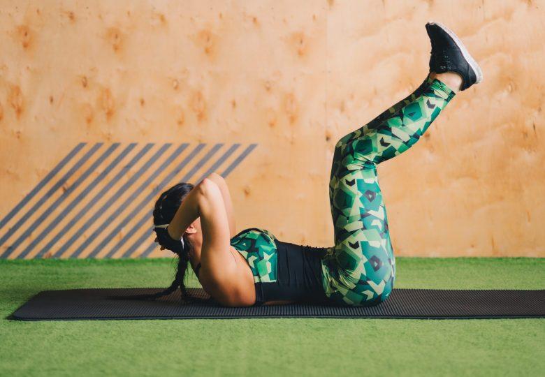 Trening dolnych partii brzucha – jak to robią gwiazdy i trenerki fitness?