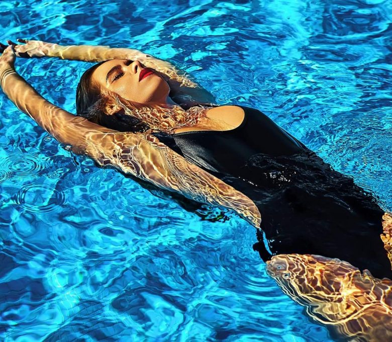 Damski strój kąpielowy – czym się kierować wybierając strój na basen?