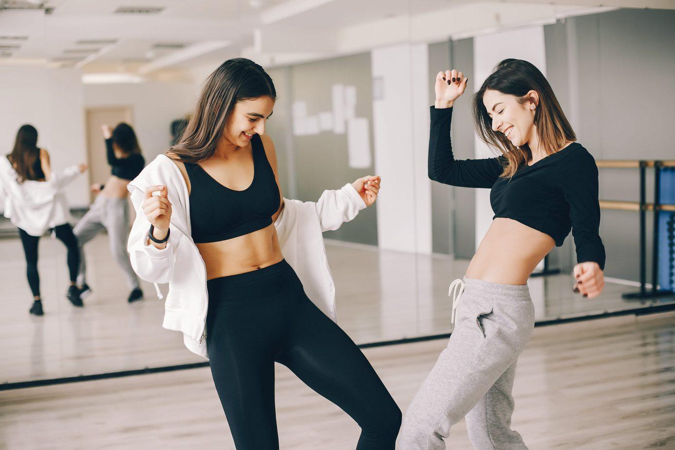 Taneczne ćwiczenia z Katią Pryce – sposób na płaski brzuch i dobrą zabawę!