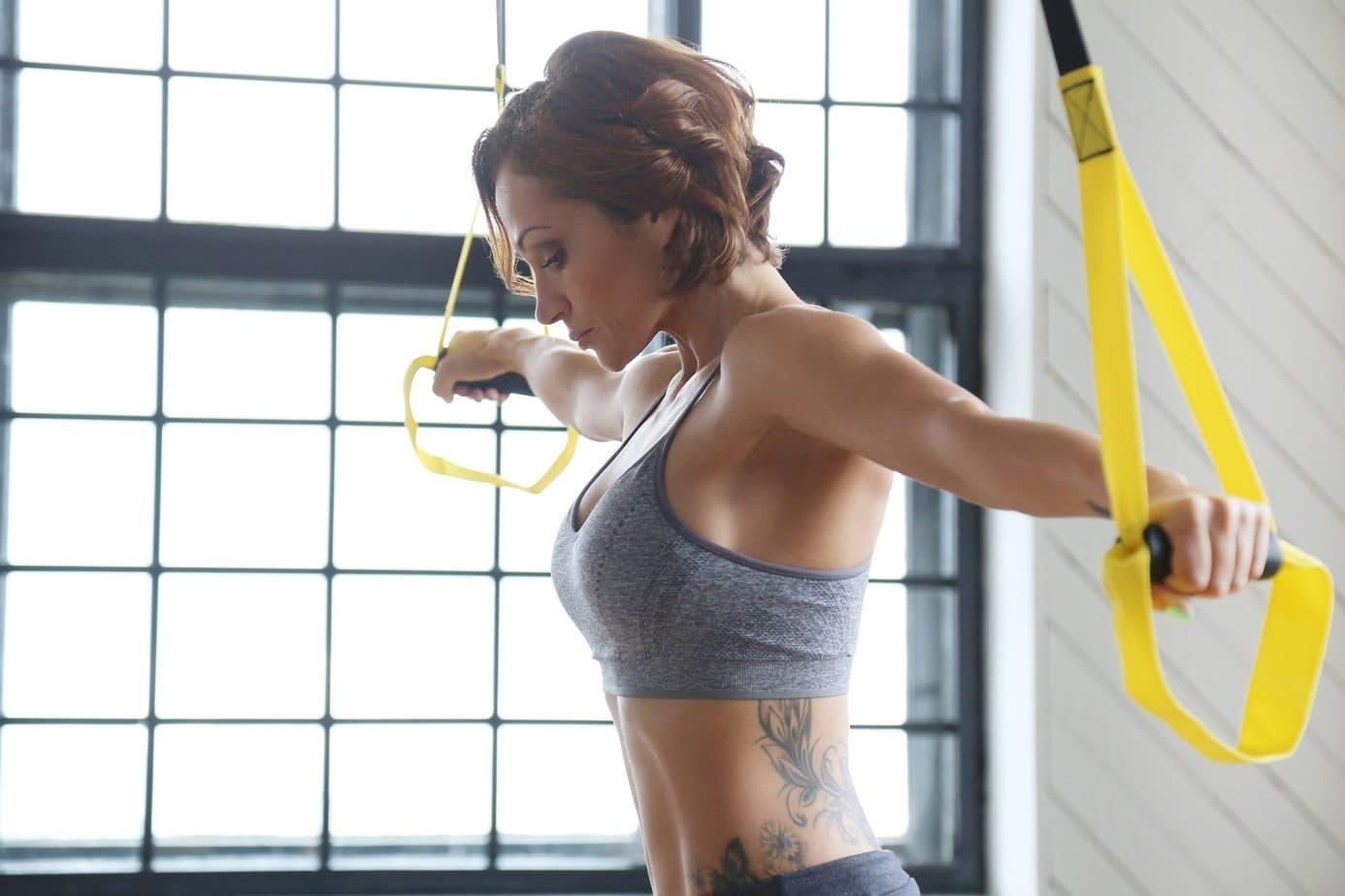 Najskuteczniejsze ćwiczenia na jędrny biust – do wykonania na siłowni i w domu!