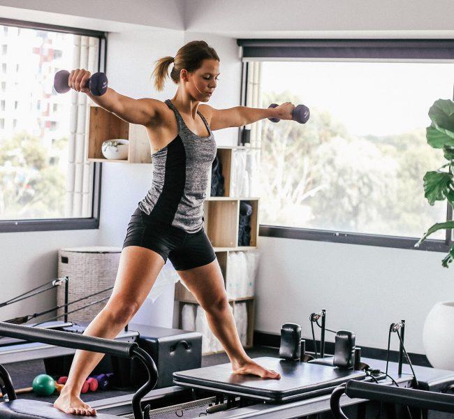 Pilates na maszynach – jak działa reformer do ćwiczeń?